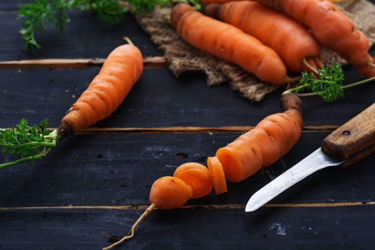 Who would've thought carrots can be a good base ingredient for making self tanner oils?   This recipe uses carrots along with sugar to make tanning oil that covers the skin better than lotions.   Here's how you can make one.