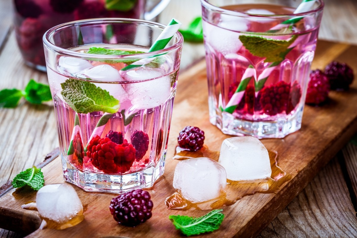 21 Invigorating Spa Water Recipes For Instant Energy; Detox water with blackberry and mint