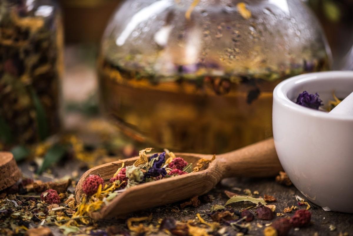 7 Best Bath Tea Bags That Heal All Skin Types; Making tea from loose tea and herbal ingredients