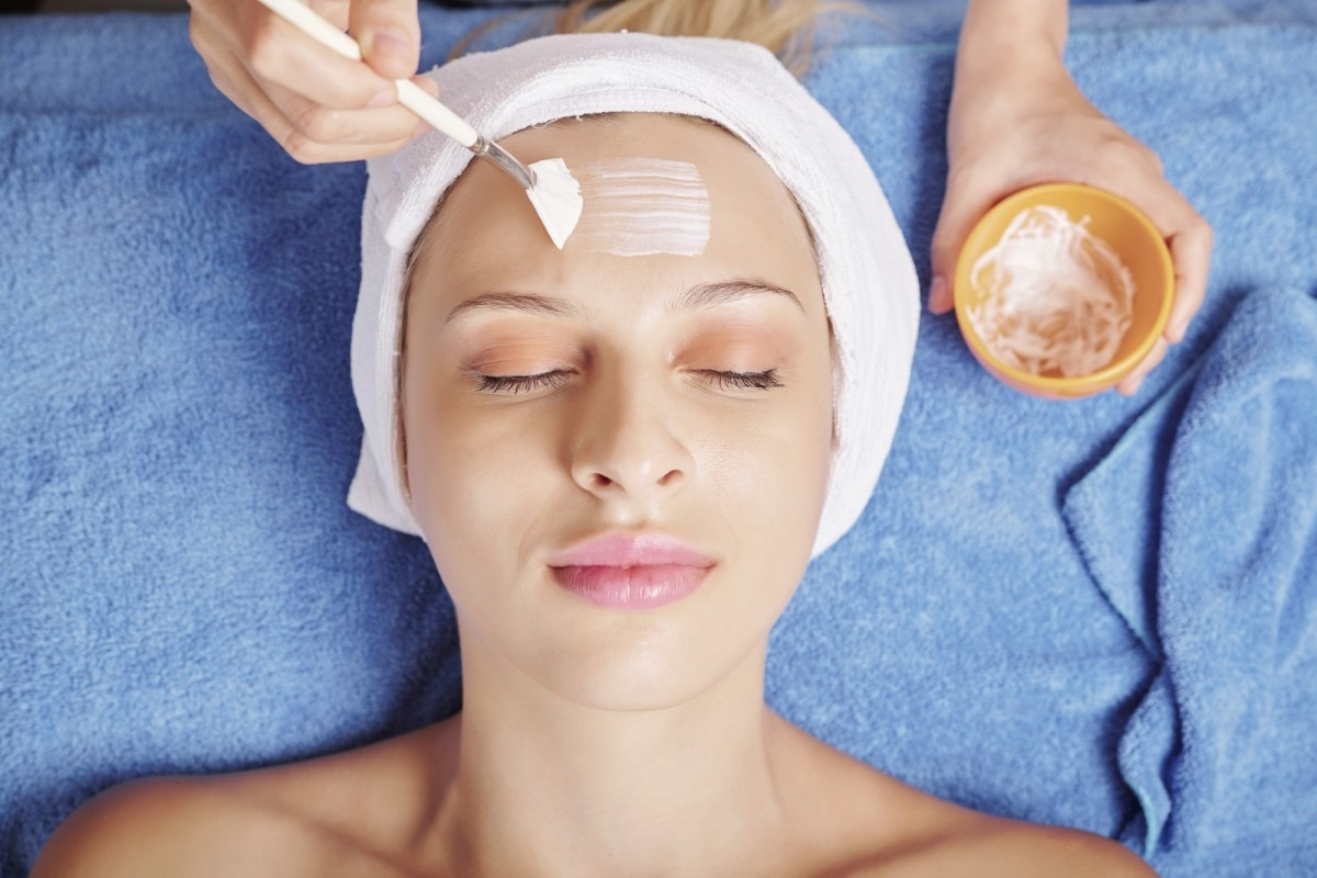 25 Easy DIY Spa Recipes That Will Make You Look 10 Years Younger; Beautician applying face mask