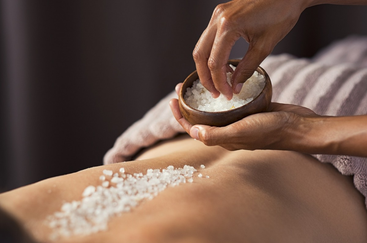 25 Easy DIY Spa Recipes That Will Make You Look 10 Years Younger; Body scrub with salt at spa